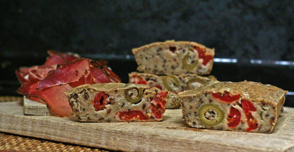 pane all'avena con olive e pomodori