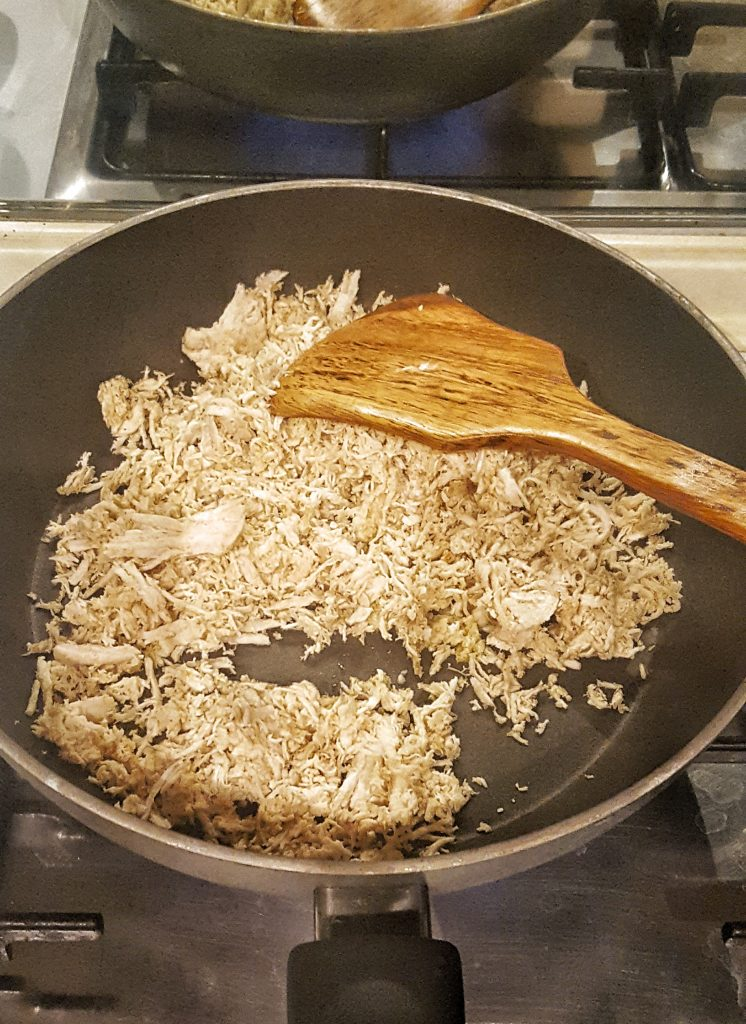 pollo sfilacciato con zucchine in padella