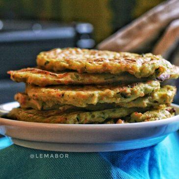 Pancakes vegetariani al forno con farina di piselli e verdure