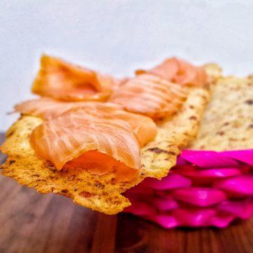 Cracker sottili di patate con speck ed olive verdi